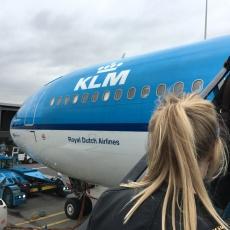 Hotspotmeisje stapt in het vliegtuig